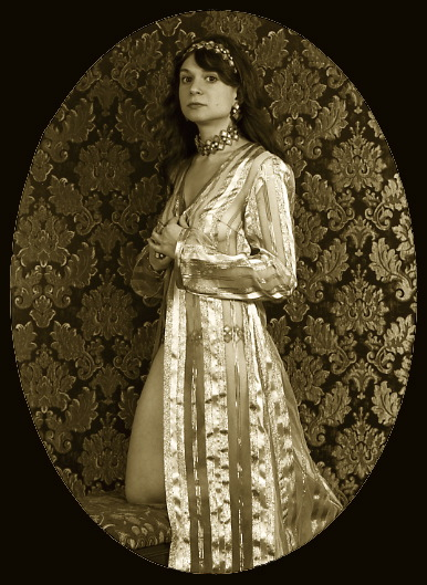 dressuppic-kneeling.jpg